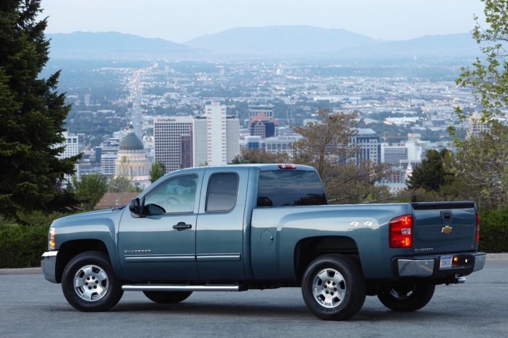 2013-Chevrolet-SilveradoLT-005-medium