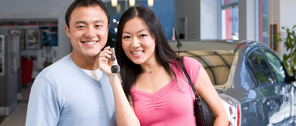 couple-buying-car
